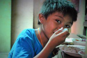 Geef rijst aan een gezin in quarantaine
